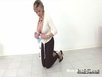 Unfaithful english mature gill ellis displays her huge boobs