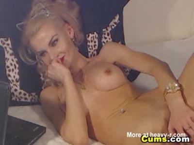 Naughty Curvy Babe Masturbates On Cam